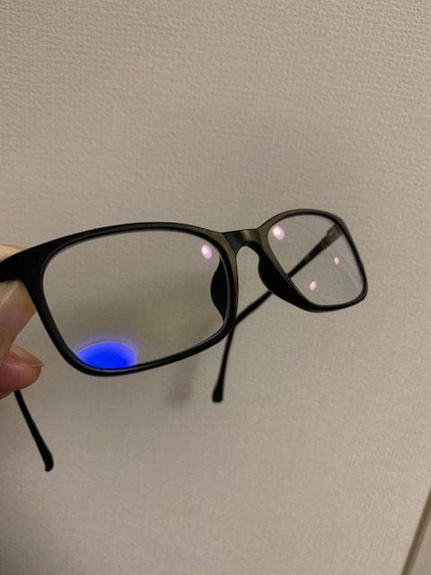 ブルーライトカットメガネのレンズ表面は青みがある