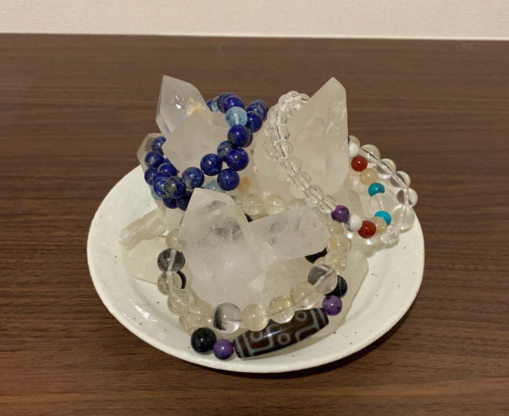 水晶クラスター2個にパワーストーンを置いた画像
