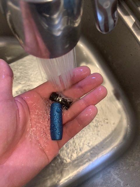 アイコス3DUO(デュオ)のキャップと黒いパーツをお湯で洗浄する画