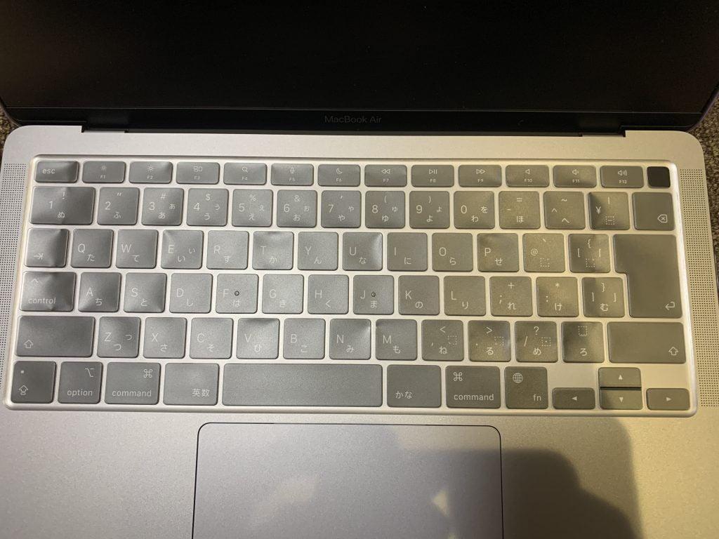 AMOVO MacBook Airケース付属のキーボードカバーを被せて拡大した画像