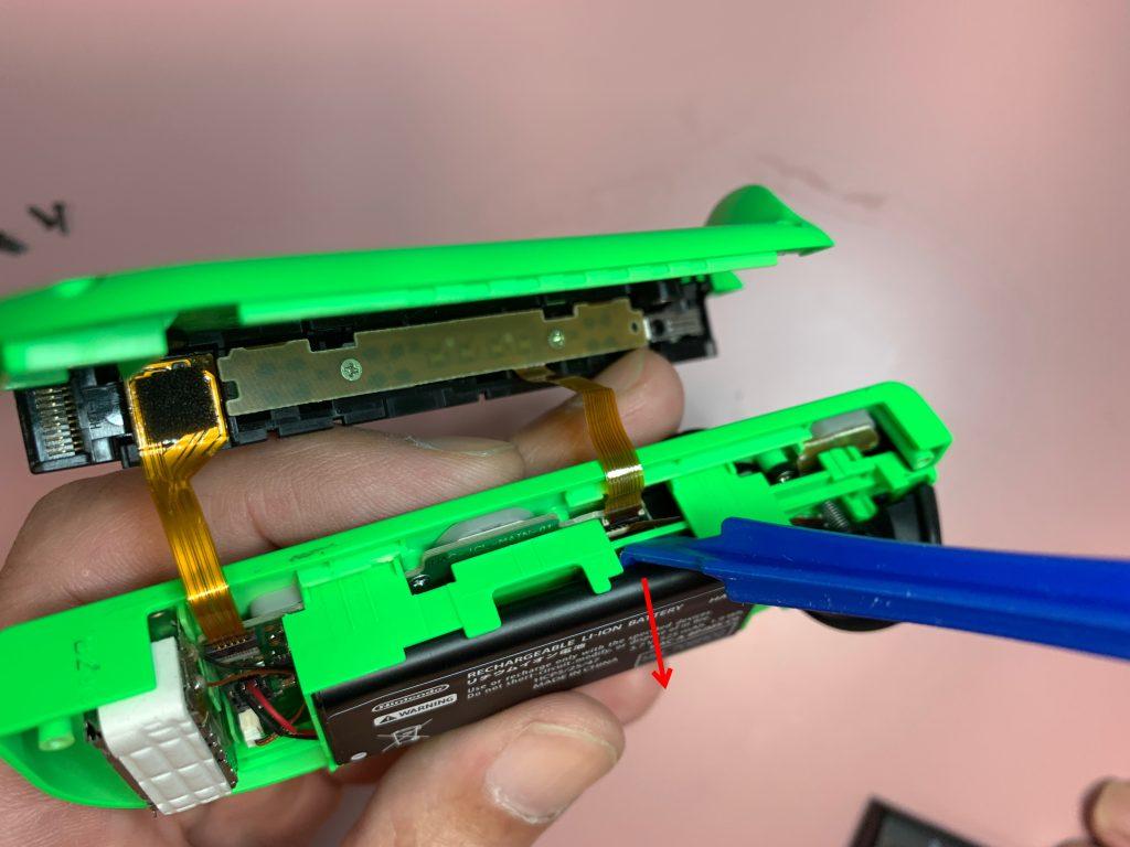任天堂スイッチ 左ジョイコン分解 手順5 バッテリーを外す