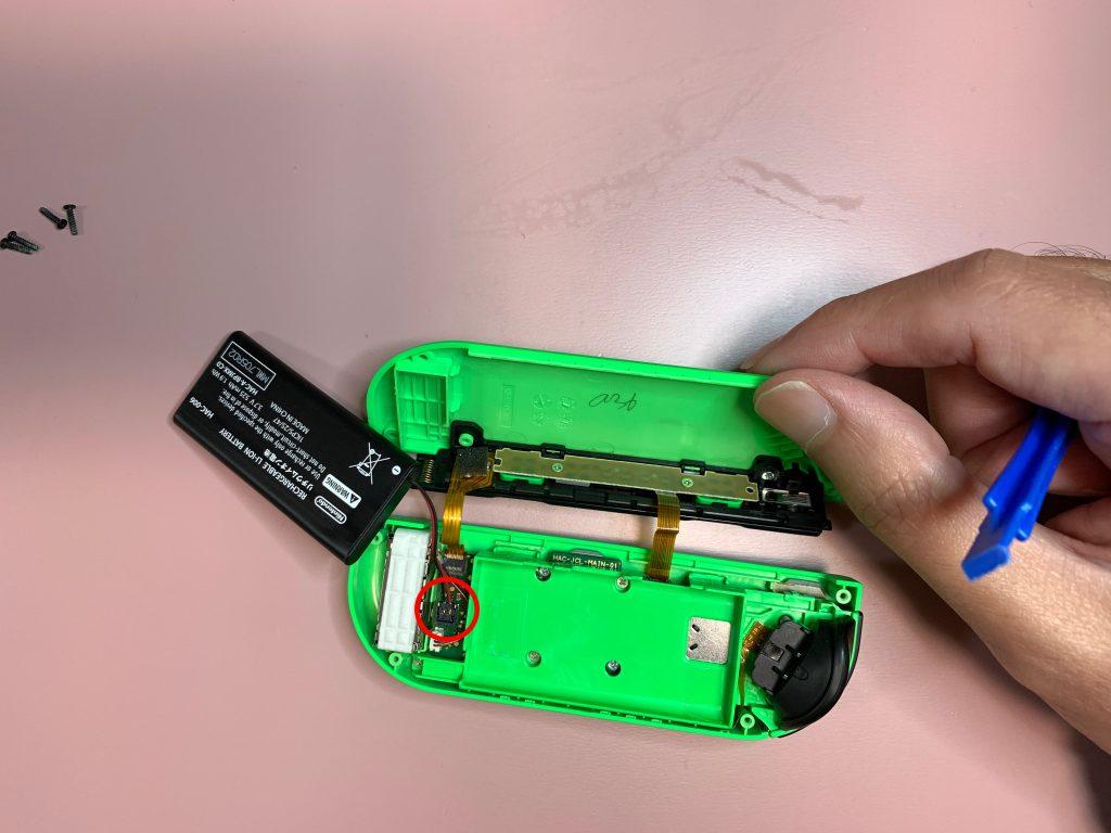 任天堂スイッチ 左ジョイコン分解 手順6 バッテリーを外す