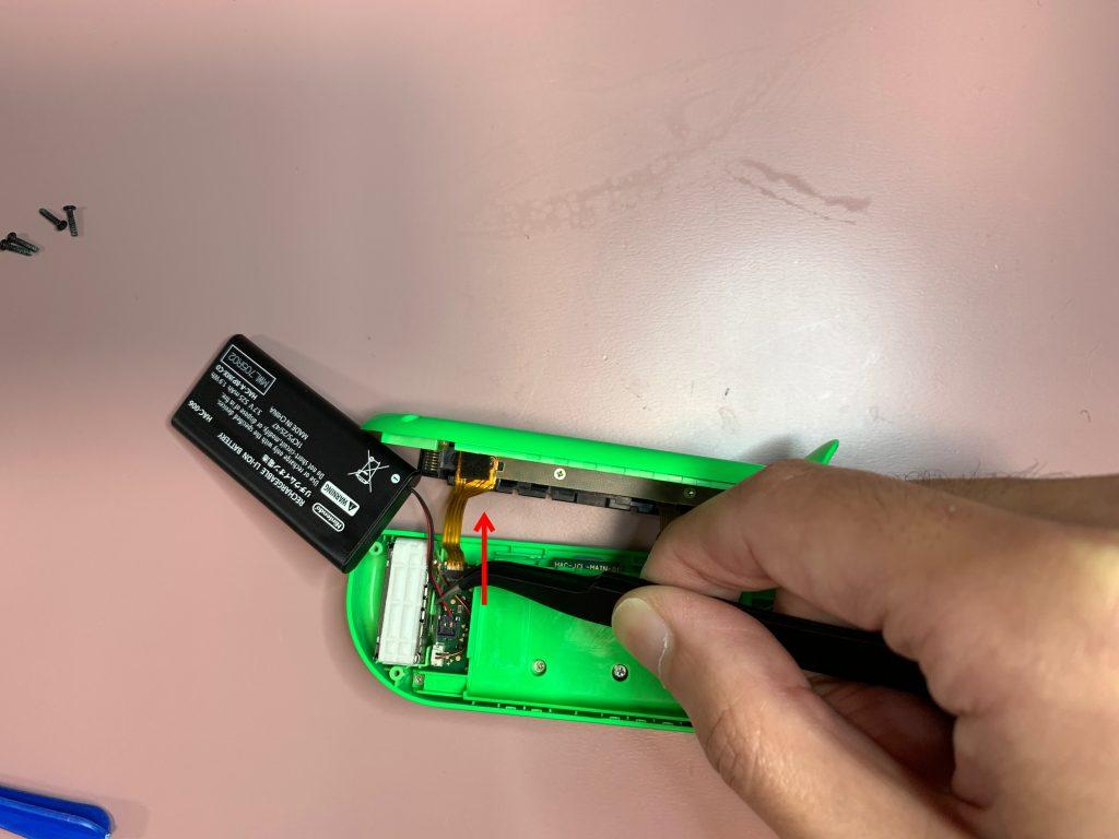任天堂スイッチ 左ジョイコン分解 手順7 バッテリーコードを外す