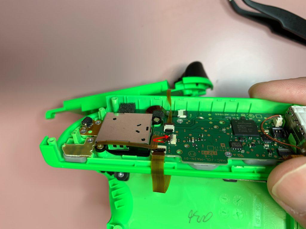 任天堂スイッチ 左ジョイコン分解 手順13 配線コードを外す