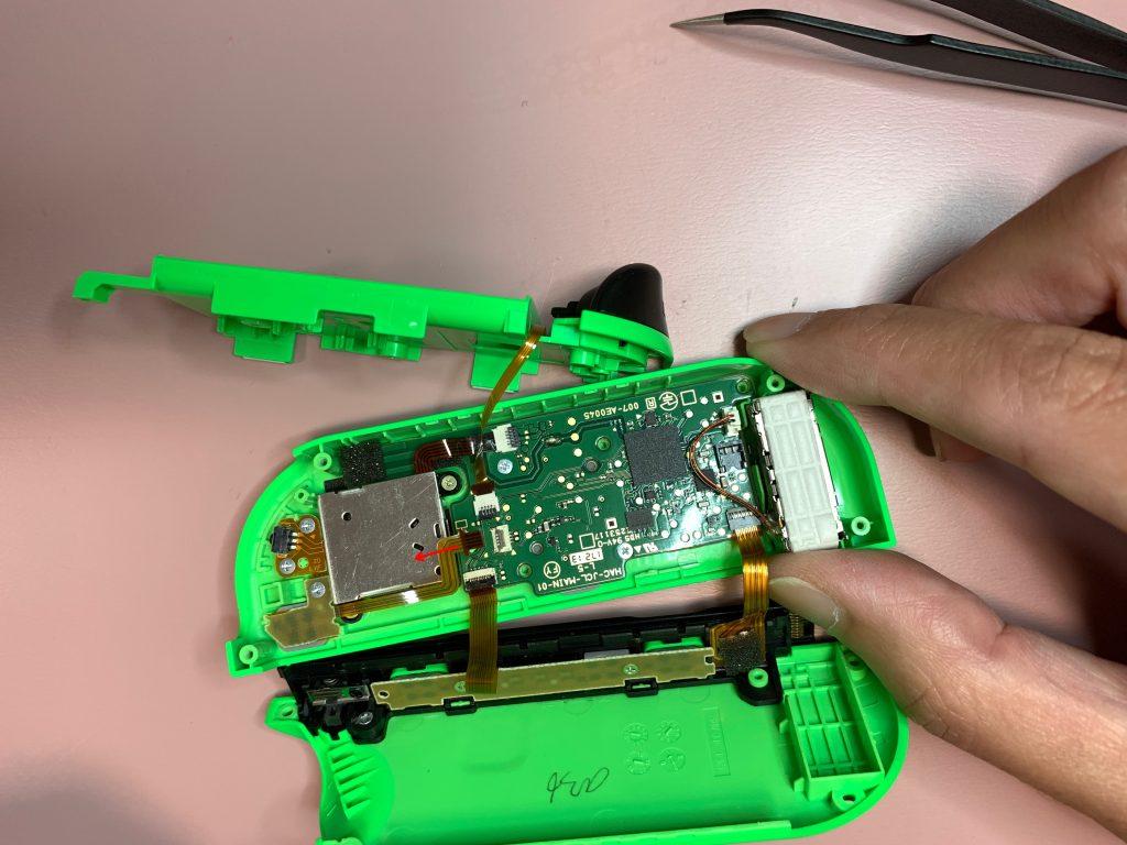 任天堂スイッチ 左ジョイコン分解 手順14 配線コードを外す