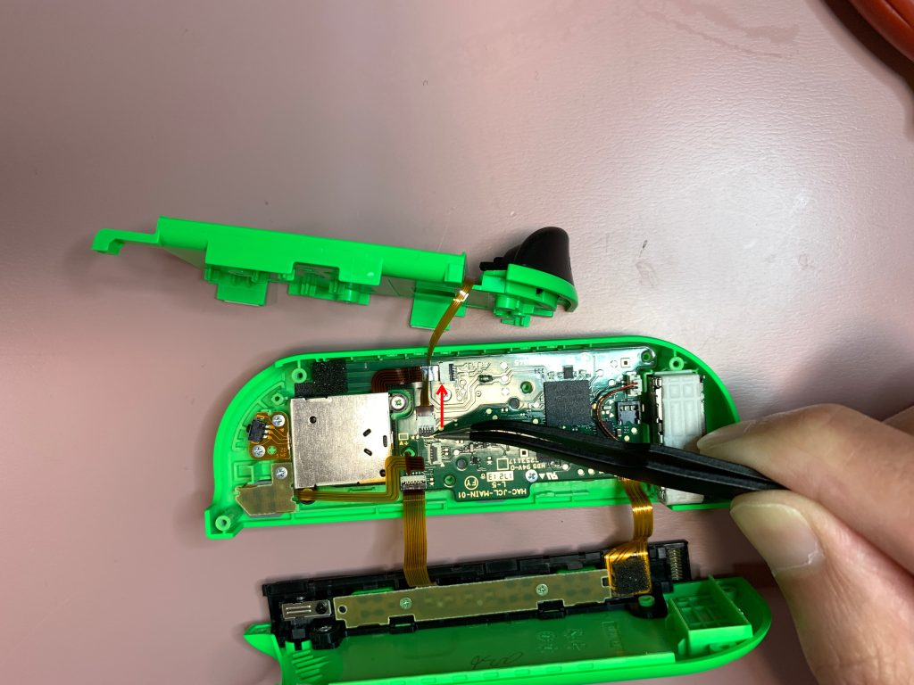 任天堂スイッチ 左ジョイコン分解 手順15 配線コードを外す