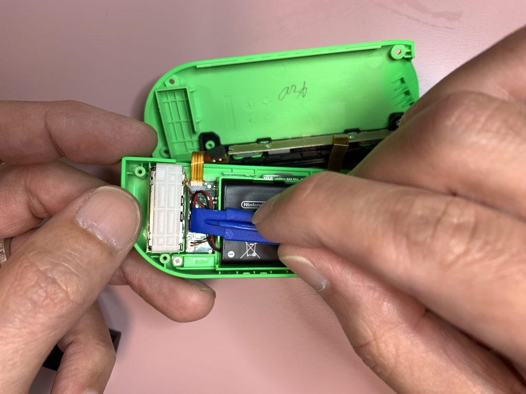 任天堂スイッチ 左ジョイコン分解 手順28 バッテリーを元に戻す