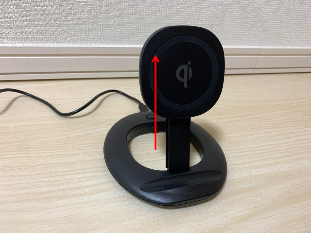 【3COINS DEVICE】ワイヤレスチャージャーコンパクト収納スタンドの充電部分をスライドさせて伸ばしている図