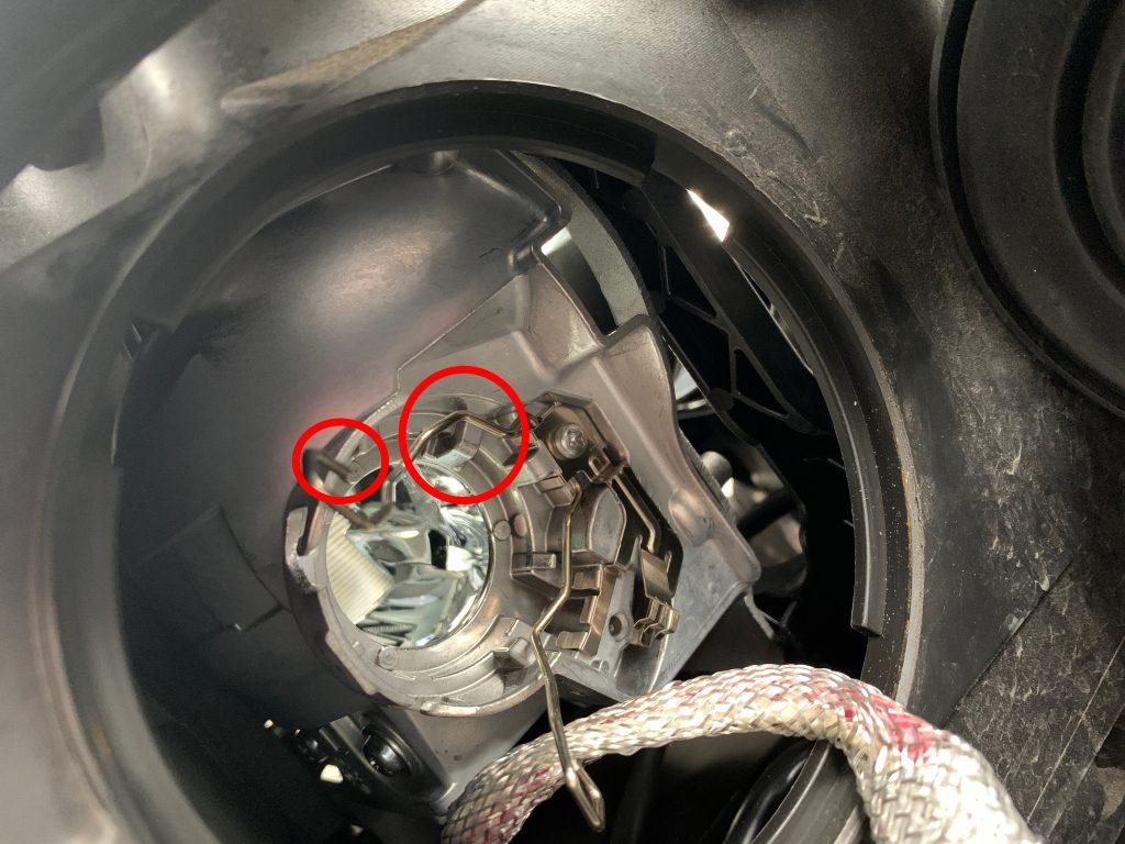 助手席側 HIDバルブ交換 バルブ台座取り付け位置